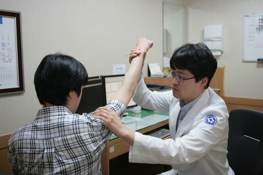 송한수 교수 진료모습.JPG