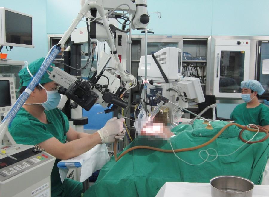 후두 미세 수술사진.jpg