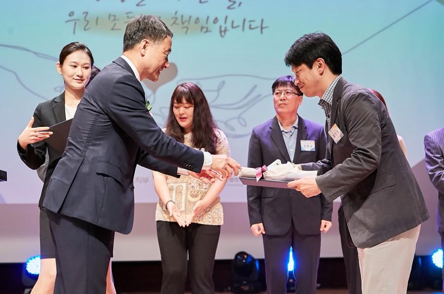 박능후 보건복지부장관과 김정호 임상심리사.jpg