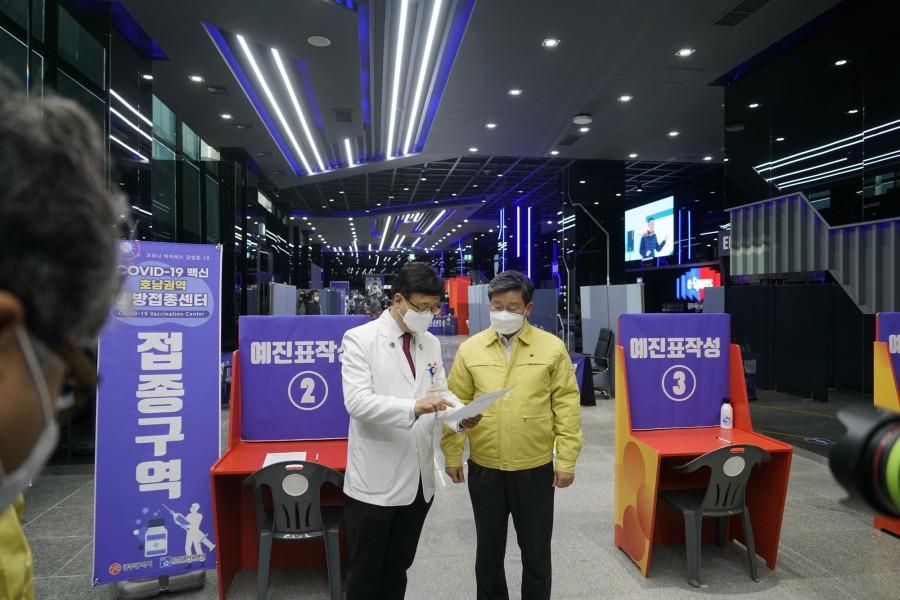 20210209 전해철 행정안전부장관, '호남권역 예방접종센터' 준비상황 점검 위해 조선대병원 방문3.JPG